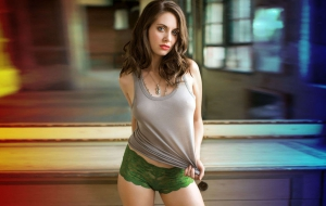 Alison Brie Wallpaper for Laptop